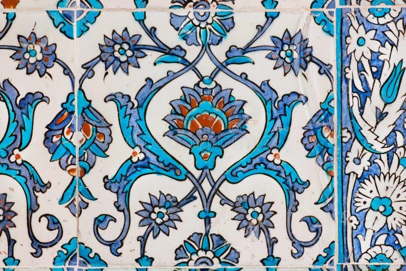 Patroon van uitstekende keramische tegels op muur van historisch Topkapi-paleis, Istanboel royalty-vrije stock fotografie