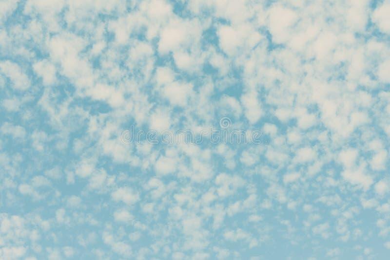 Patroon van witte cirruswolken op de pastelkleur gekleurde blauwe hemelachtergrond royalty-vrije stock foto