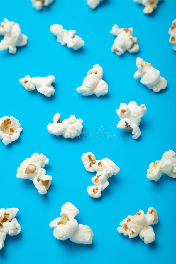 Patroon van witte popcorn op een blauwe achtergrond wordt gemaakt die stock afbeeldingen