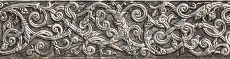 Patroon van zilveren metaalplaat met bloem gesneden achtergrond royalty-vrije stock foto's