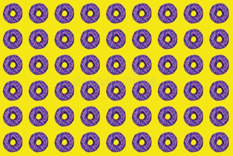 Patroon van zoete donuts met purpere verglazing op gele achtergrond royalty-vrije stock foto