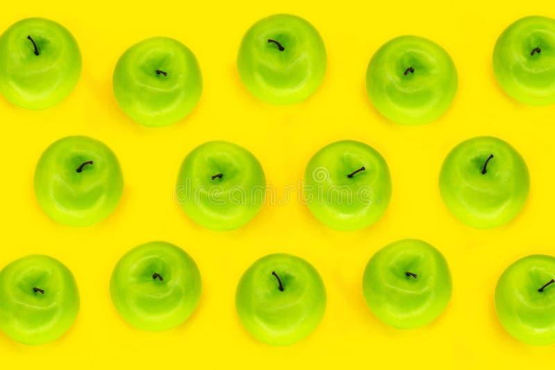 Patroonappelen Verse en sappige groene appelen op de gele kleurenachtergrond, hoogste mening royalty-vrije stock foto