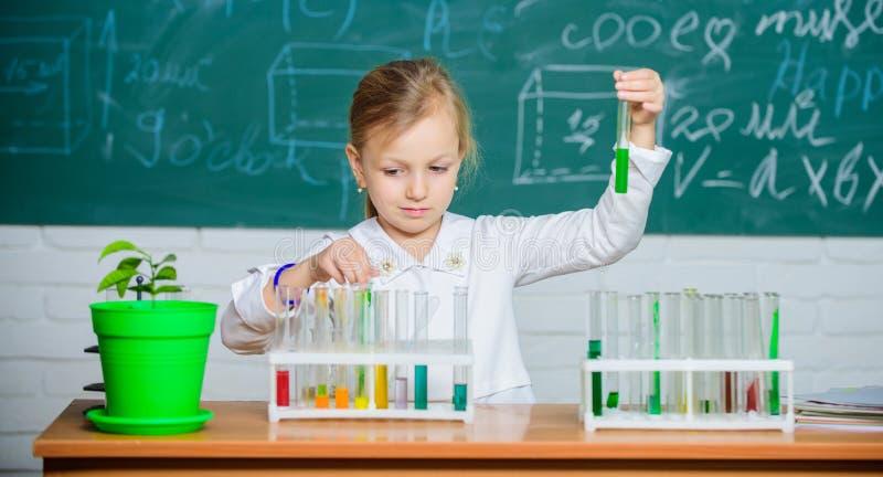 patroszona ręka odizolowywający lekci szkoły wektoru biel Dziewczyna ucznia śliczna szkolna sztuka z próbnymi tubkami i kolorowym obrazy stock