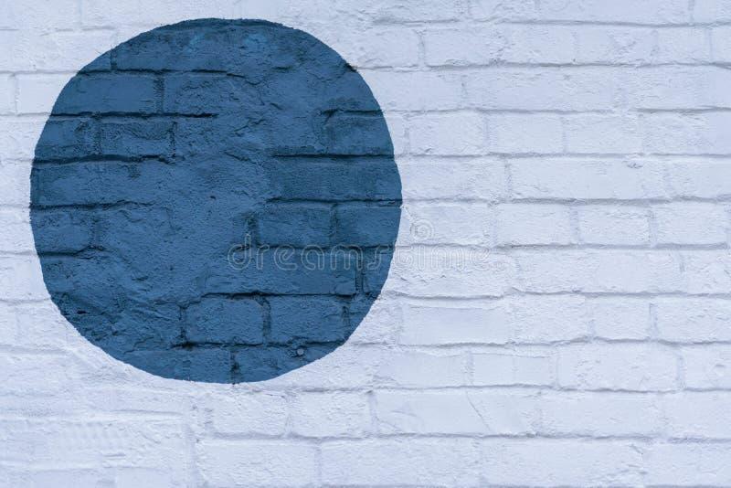 Patroszony malujący błękitny okrąg na światła ściana z cegieł cegieł powierzchni ściana, jako graffiti Graficzny abstrakcjonistyc obraz stock