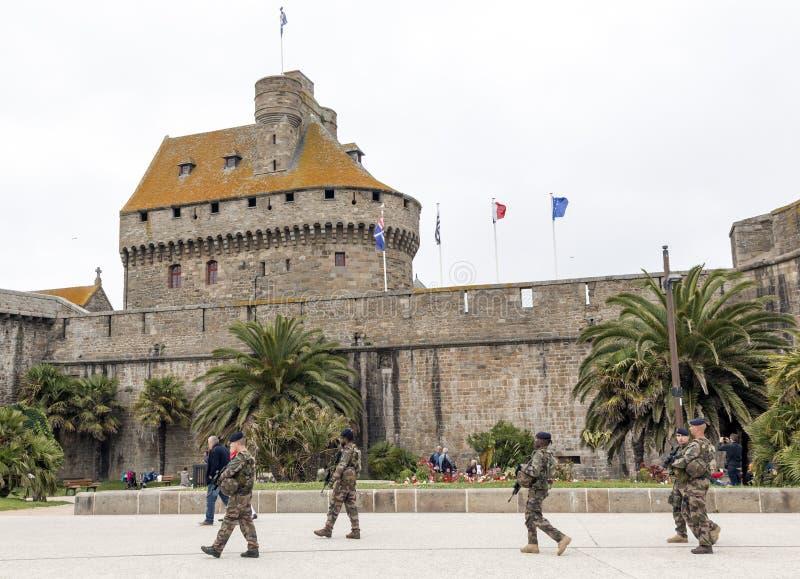 Patrouille d'Anti-terreur d'armée dans le saint Malo France photo stock