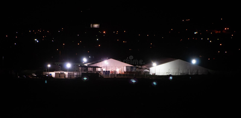Patrouille de frontière des USA El Paso, logement temporaire de TX et centre de traitement par nuit photos stock