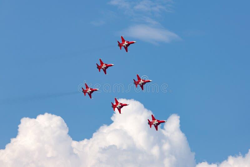Patrouille Suisse formacji pokazu drużyna lata Northrop F-5E myśliwa Swiss Air siła łączył szwajcara PC-7 herbatą fotografia royalty free