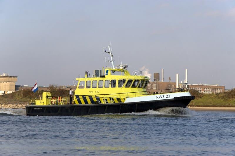 Patrouillenboot Rijkswaterstaat im Rhein in Arnhem lizenzfreies stockbild