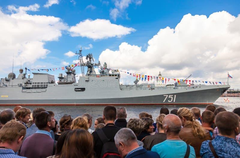 Patrouillenschiff Admiral Essen auf dem Neva-Fluss lizenzfreie stockfotografie