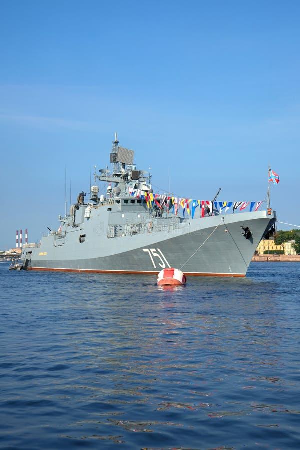 Patrouillenschiff Admiral Essen auf der Feier des Marinetages St Petersburg lizenzfreie stockbilder