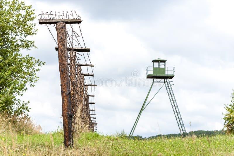 Patrouillenturm und Überreste des eisernen Vorhangs, Cizov, Tschechische Republik stockfoto