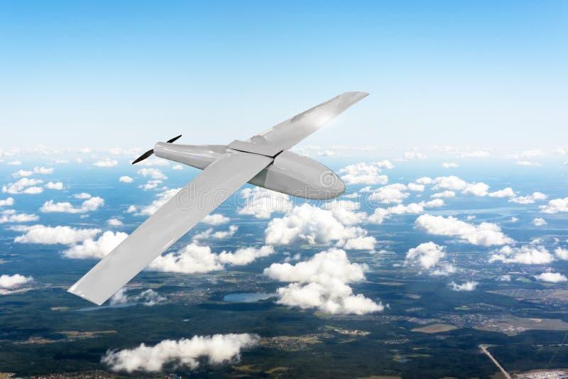 Patrouillieren von unbemannten Flugzeugen im Himmel über dem Gelände, Fliegenspurhaltung vektor abbildung