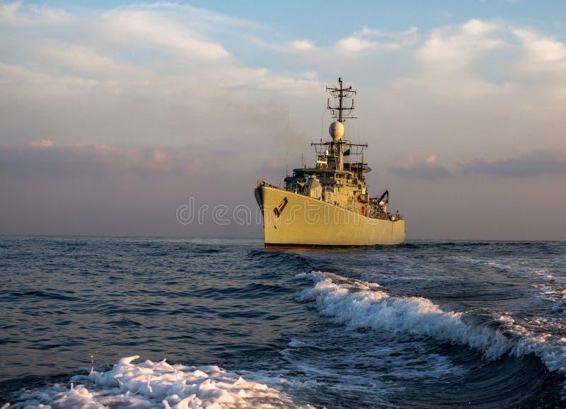 Patrulha do navio de guerra e para proteger no mar fotografia de stock