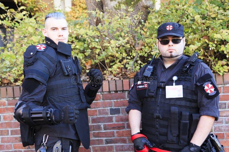 A patrulha do zombi vestida como um soldado, guarda os civis dos zombis fotografia de stock royalty free