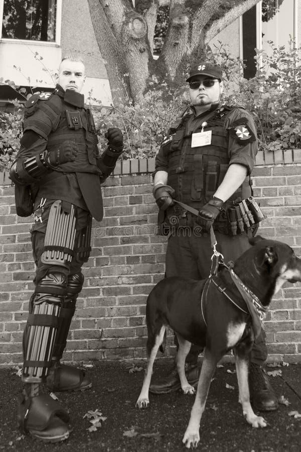 A patrulha do zombi vestida como um soldado, guarda os civis dos zombis imagens de stock royalty free