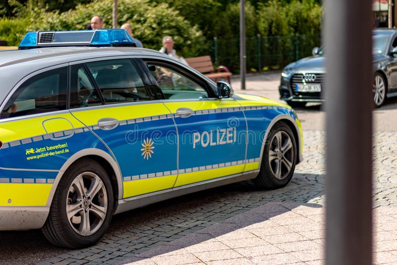 Patrulhando a polícia na vila alemão foto de stock