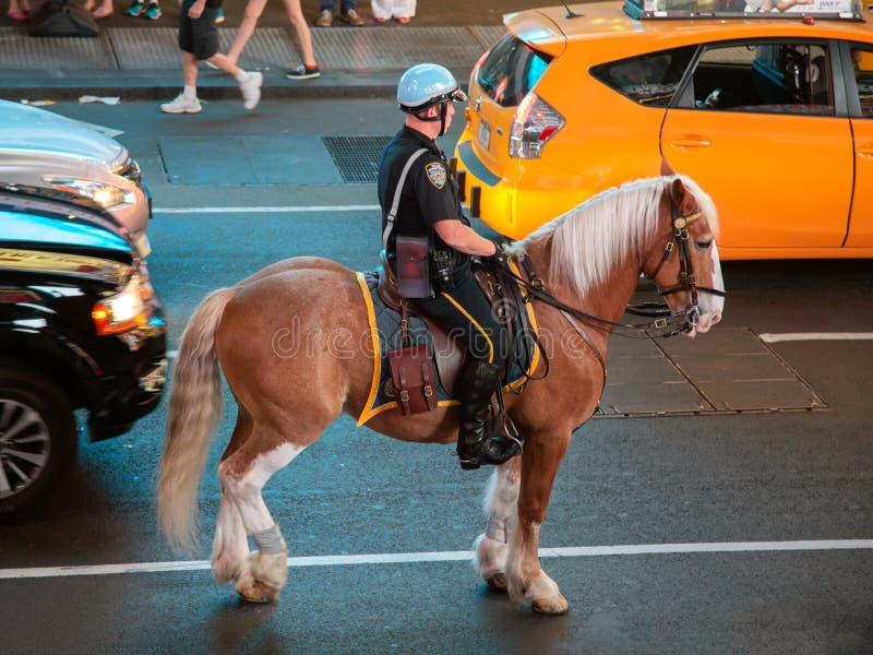 Patrulla de la policía del caballo de Nueva York las calles imágenes de archivo libres de regalías