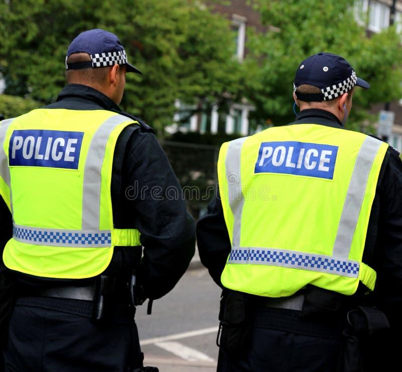 Patrulla del camino de la policía de servicio parar el tráfico imagen de archivo libre de regalías