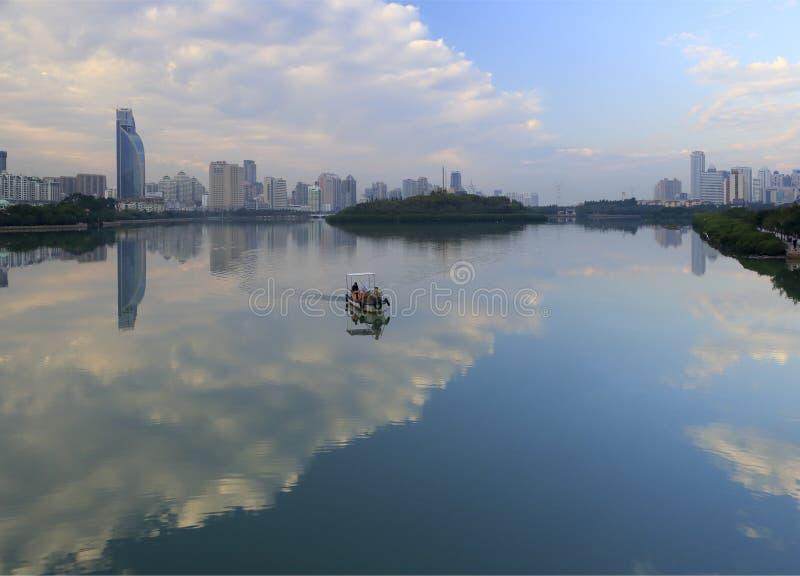 Patrulla limpia del barco el lago del yundang fotografía de archivo libre de regalías
