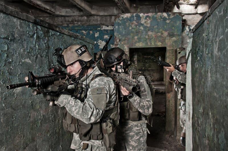patrullen tjäna som soldat barn royaltyfri fotografi