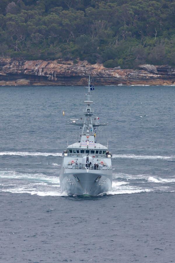 Patrullera oce?nica de HTMS Krabi OPV-551 OPV de la marina de guerra tailandesa real Sydney Harbor de salida imagen de archivo libre de regalías