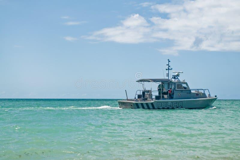 patrullera polisvatten för kust arkivfoto