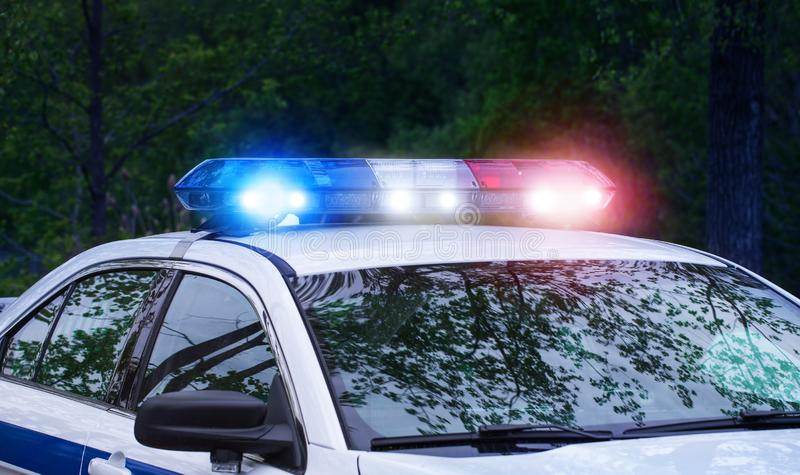 Patrullpolisbil med sirenljus på nattetid Härliga aktiverad oavkortad beskickningaktivitet för siren ljus Poliser med arkivfoton