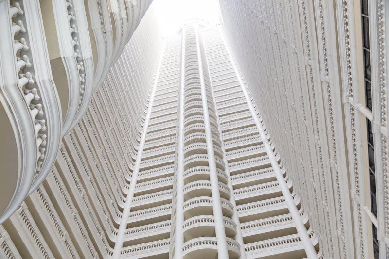 Patrzeć światło w Wysokim wzrosta budynku zdjęcia stock