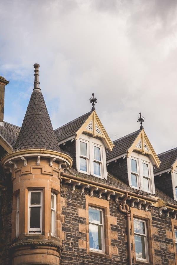 Patrzeć do dachów okno typowy stary budynek w t fotografia stock