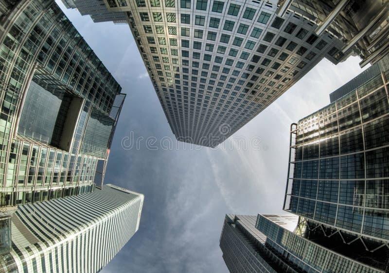 Patrzeć do drapaczy chmur przeciw niebu w Canary Wharf zdjęcie stock