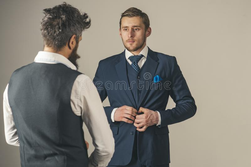 Patrzeć ich najlepszy mężczyzna odzieży mody biznesowego formalnego styl Moda modele w biznesowych powiązaniach Przyjaciele w prz fotografia stock