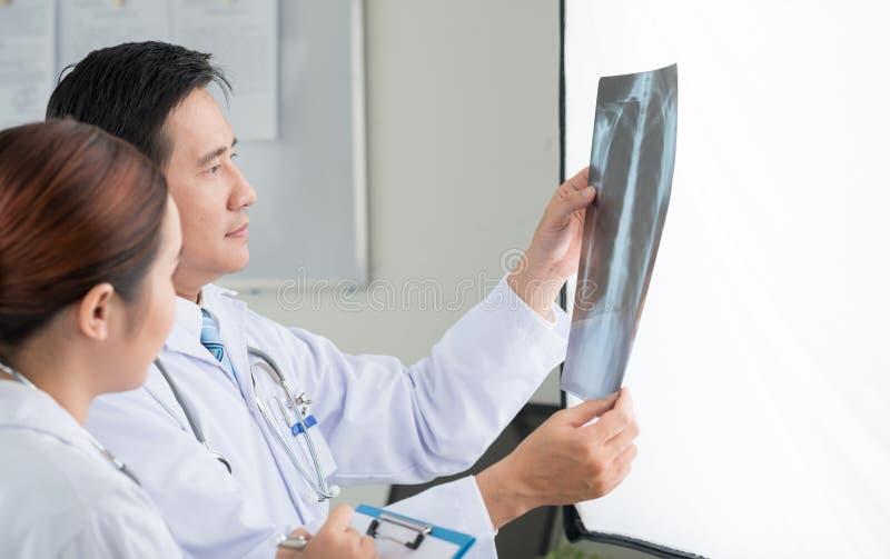 Patrzeć klatki piersiowej promieniowanie rentgenowskie zdjęcia royalty free