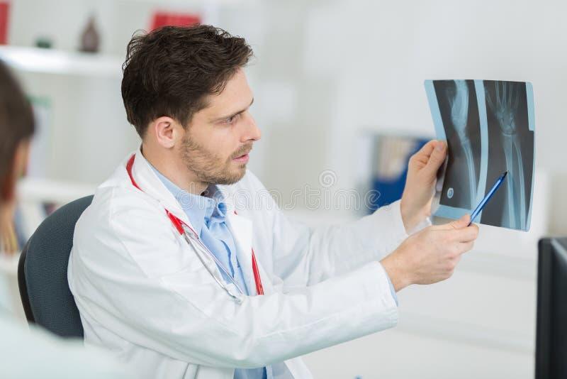Patrzeć móżdżkowego promieniowania rentgenowskiego radiograficznego wizerunek obrazy stock
