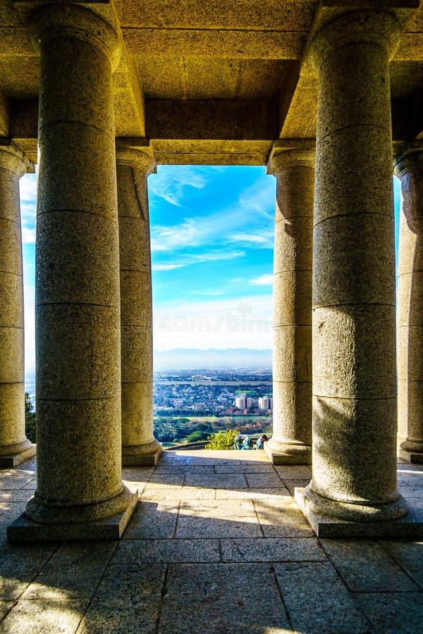 Patrzeć między kolumnami Cecil Rhodes zabytek w Kapsztad zdjęcie royalty free