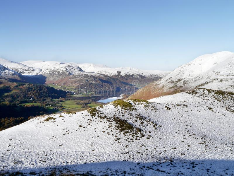 Patrzeć nad śniegiem Ullswater zdjęcia stock