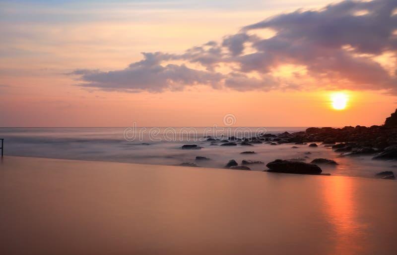 Patrzeć nad basenem ocean przy wschodem słońca obrazy royalty free