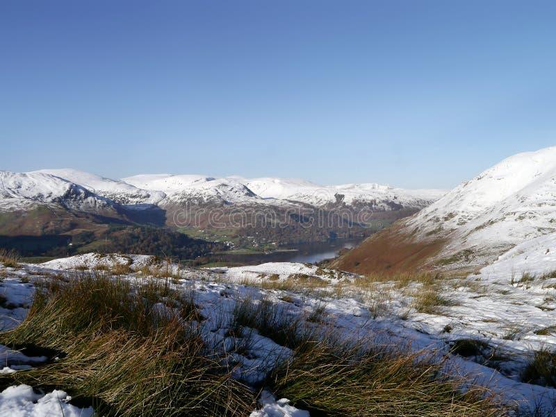 Patrzeć przez góry w śniegu obraz royalty free