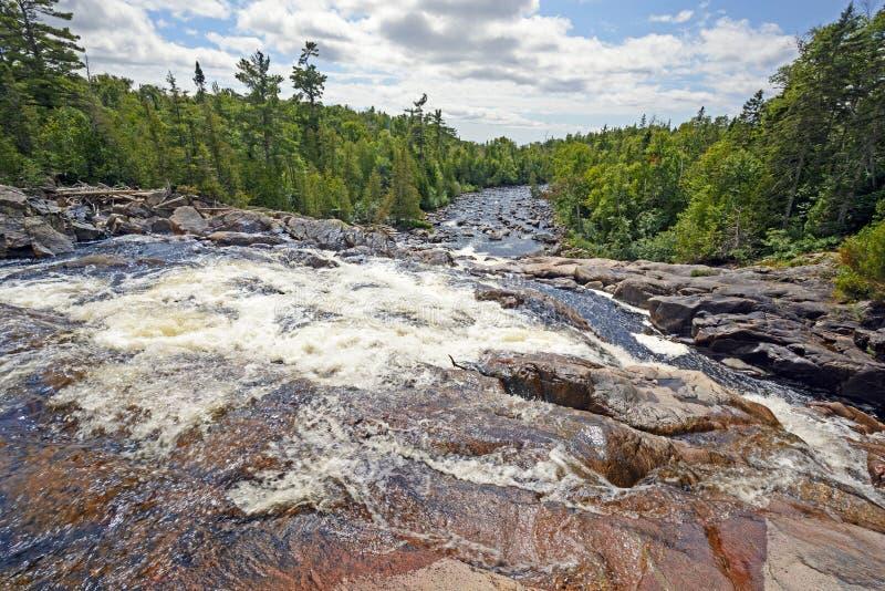 Patrzeć W dół gnanie rzekę na słonecznym dniu fotografia stock