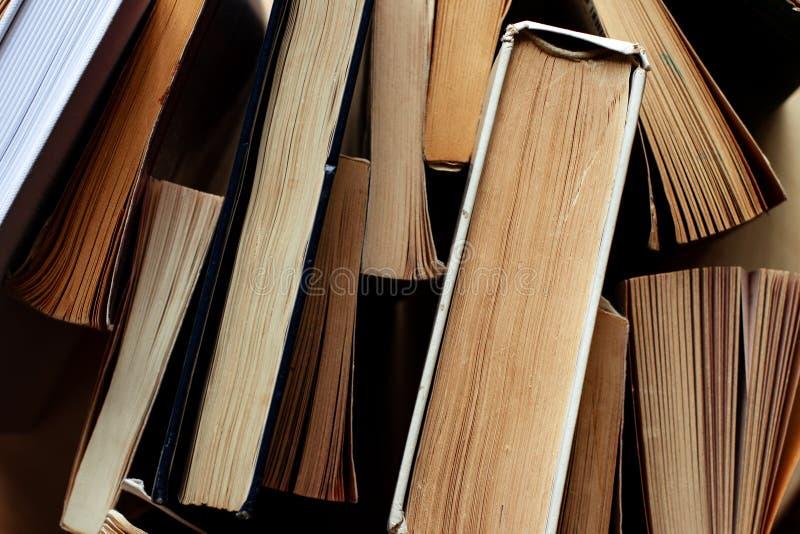 Patrzeć w dół na kolekcji książki zdjęcie royalty free