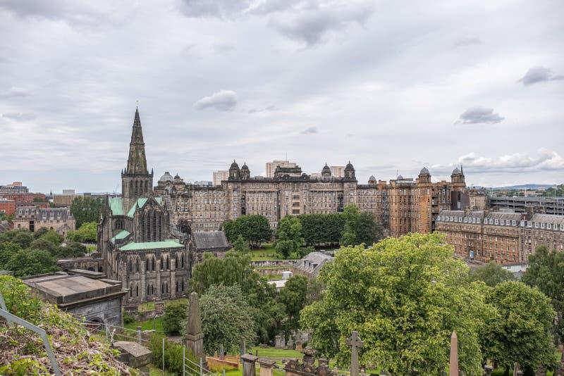 Patrzeć w dół od Necropolis Glasgow katedra i stara Królewska stacjonarka fotografia stock