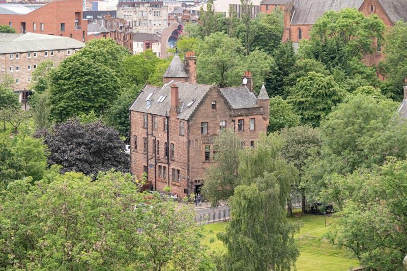 Patrzeć w dół od Necropolis Glasgow miasto stary i nowy i imponująco architektura Katedralny Domowy hotel obrazy royalty free