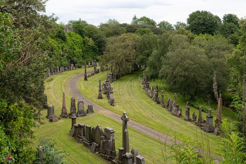 Patrzeć W dół od Necropolis nad starym Glasgow cmentarzem pod fotografia stock