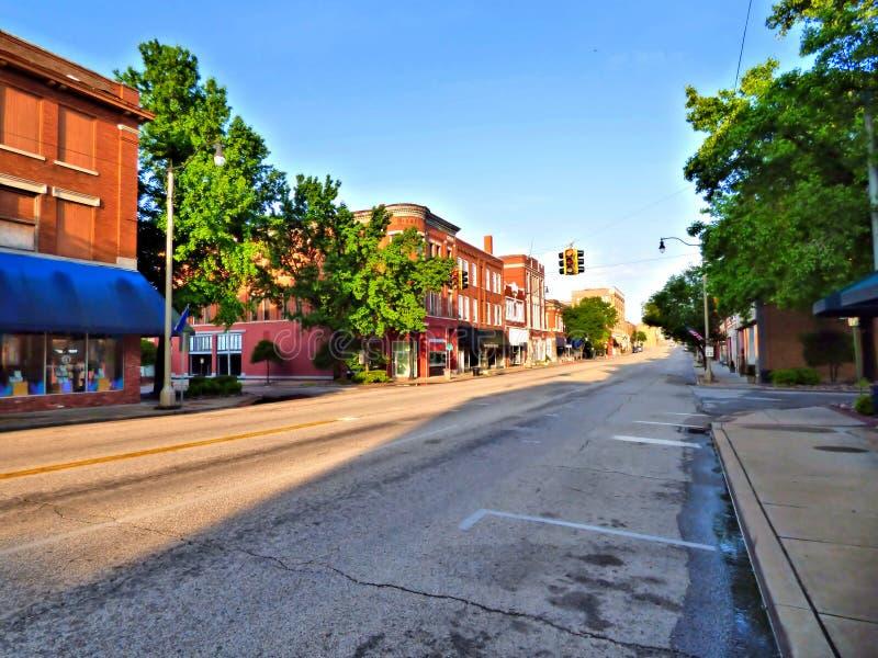 Patrzeć w dół Route 66 w historycznym w centrum Sapulpa Oklahoma obrazy royalty free