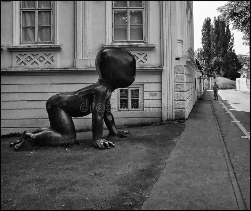 Patrzeć wokoło kąta Praga czarny white fotografia stock