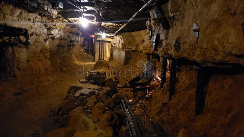 Patrzeć wspiera kopalnianego tunel zdjęcie royalty free