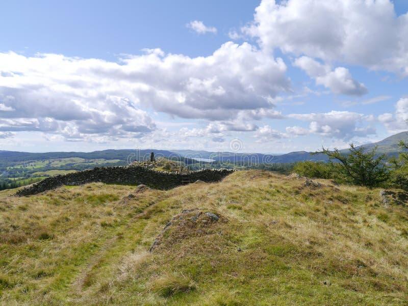 Patrzejący przez ścianę na Czarnym Crag, szczytu trig zdjęcia stock