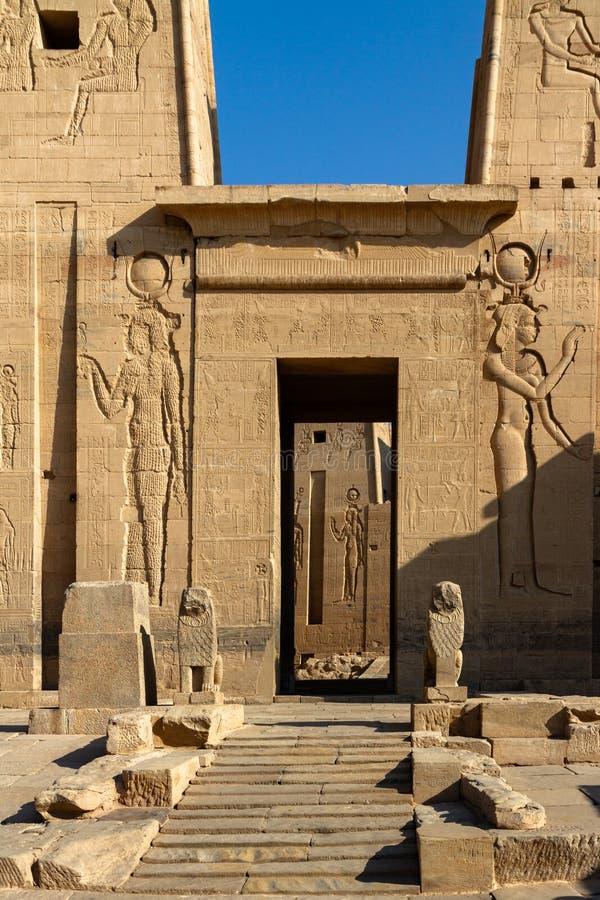 Patrzejący przez pierwszy pilonu w forecourt świątynia Isis, Philae, Aswan, Egipt fotografia stock