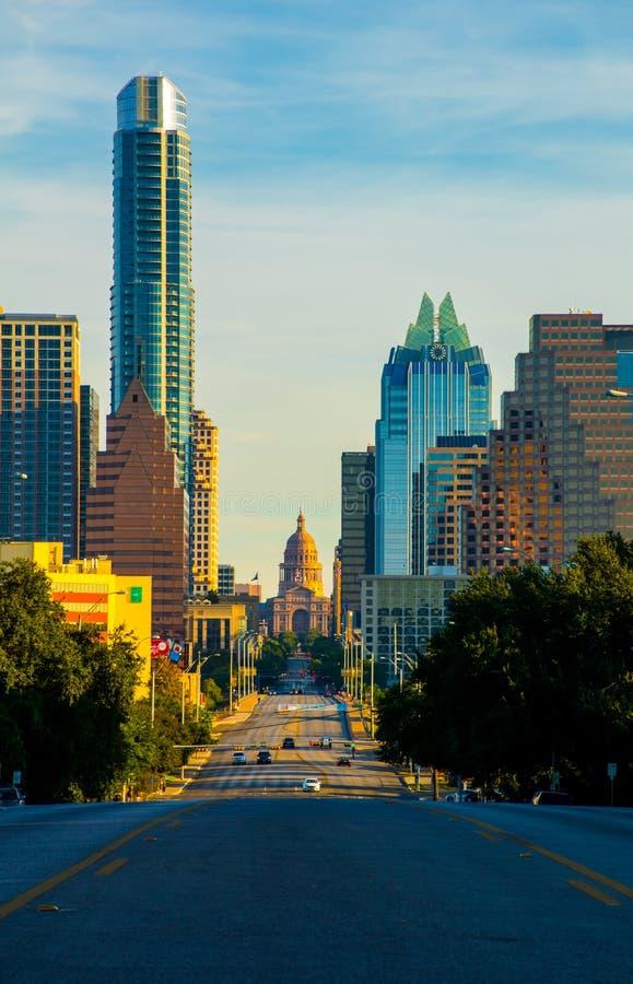 Patrzejący w dół Kongresową aleję Przerzuca most Austin linii horyzontu kapitał Teksas zdjęcia royalty free