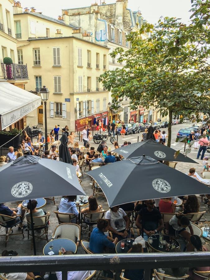 Patrzejący w dół na Montmartre cukiernianych parasolach na lata popołudniu, Paryż, Francja fotografia stock