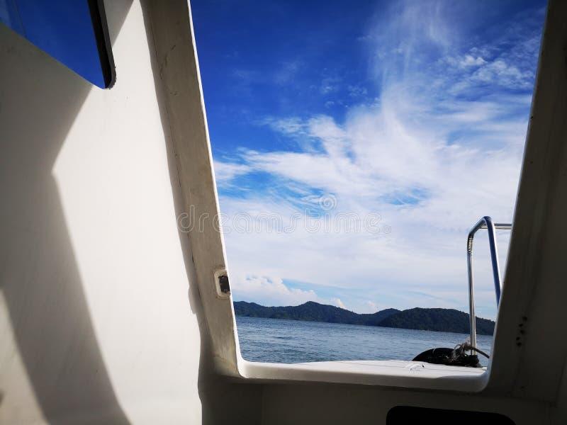 Patrzejący za wyjścia drzwi nur łódź od w kierunku Tunku Abdul Rahman parka, Kot Kinabalu Sabah, Malezja borneo zdjęcia stock